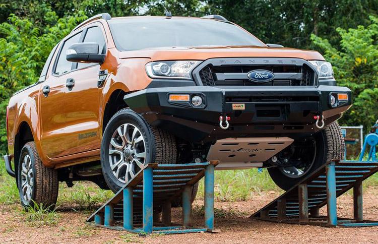 Tấn chắn bùn bảo vệ gầm xe bán tải Ford Ranger