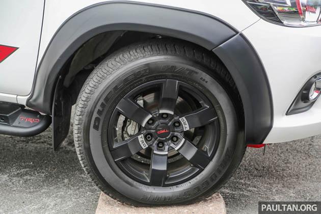 Toyota Hilux phụ kiện TRD chắn bùn